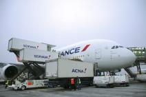 Chargement de l'avion par les camion Servair et Acna.